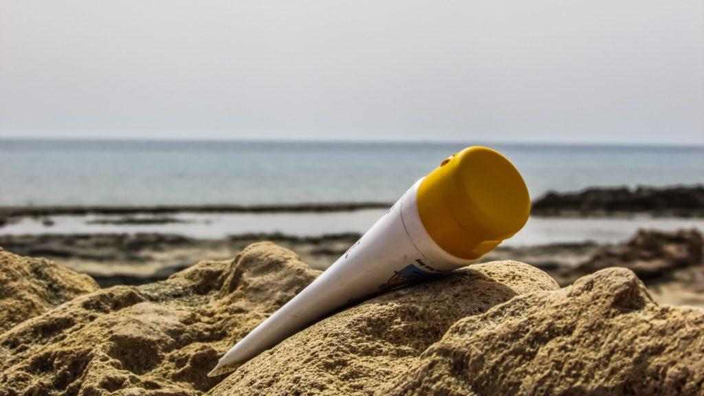 Proteggersi dal sole in maniera naturale, attenzione alle creme solari troppo aggressive