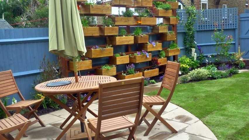 Vecchi cassetti utilizzati come contenitori per piante e fiori in giardino