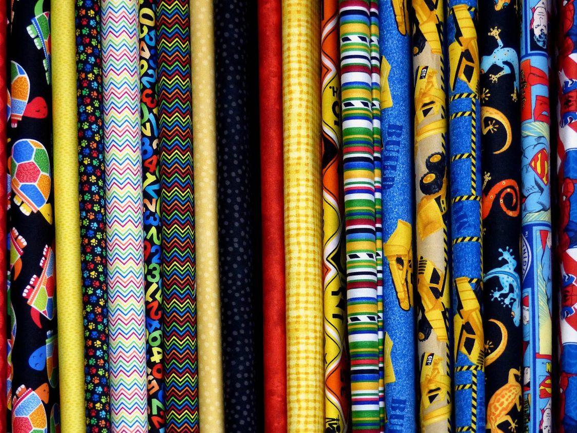 tessuti colorati in cotone un materiale anticaldo consigliato per il periodo estivo