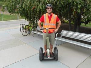 Persona viaggia su mezzo a due ruote elettrico