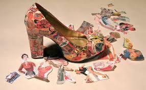 La carta di giornali per creare scarpe uniche