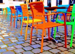 tavoli e sedie riutilizzate colorndole