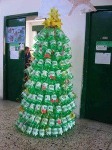 Albero di Natale creativo fatto riciclando le bottiglie di plastiche per un Natale Green e sostenibile