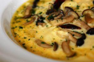 Torta salata vegetariana di polenta al formaggio con funghi o spinaci