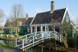 una casa costruita secondo i principi dell'architettura organica vivente
