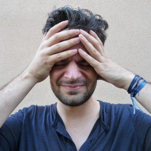 uomo con forte mal di testa