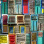 Riciclo creativo di finestre e persiane