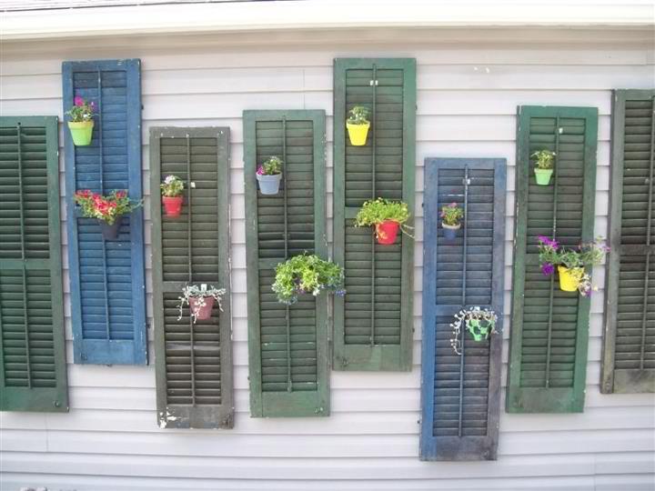 Il riuso delle vecchie persiane per dare nuovo colore al tuo giardino