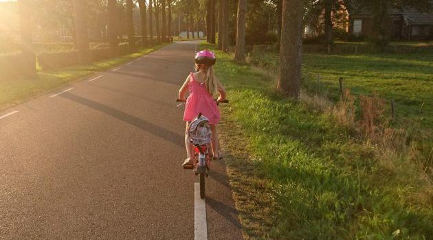 Bimba in bicicletta: come scegliere una bici per bimbi e bimbe?