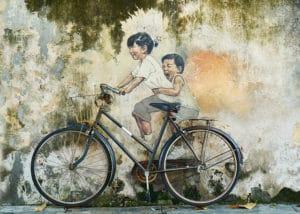 bambini in bici e street art