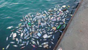 inquinamento da plastica in mare (porto)