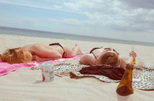 ragazze prendono il sole
