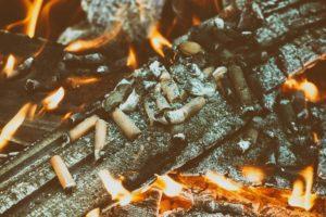 I mozziconi di sigaretta sono una possibile causa di incendio.