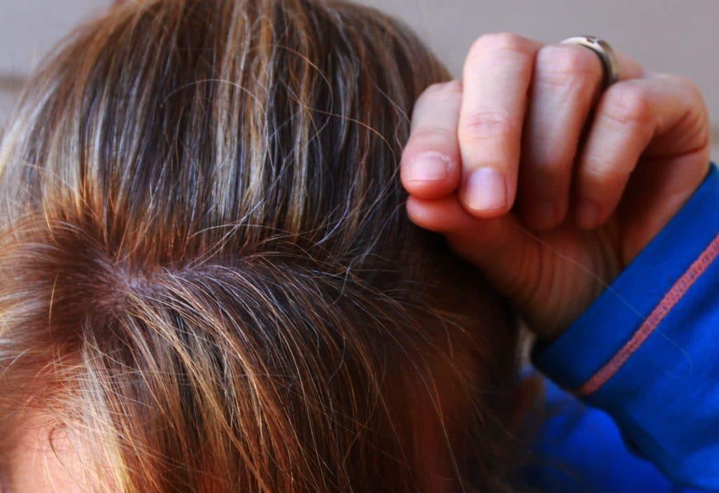 Contro i capelli bianchi: henné, bucce di patata ed erbe aromatiche.